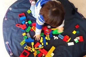 細かいおもちゃを一発片付け! 『収納プレイマット』のつくり方