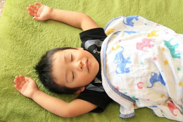 保育園では寝てるのに…休日のお昼寝って難しい!
