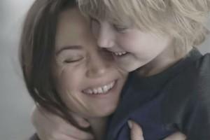 見えなくたってママはわかる!1,600万回以上再生された親子の強い絆を感じる感動動画