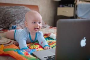 不眠に視力低下も!子どもが見るスマホやパソコンの『ブルーライト』対策は済んでる?