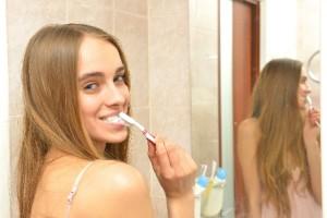 毎日の歯磨きがカギ!?ほうれい線を作らない歯ブラシエクササイズ
