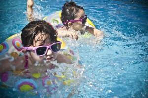 夏のプールにご用心!『咽頭結膜熱(プール熱)』に気をつけよう