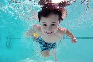 どうしてダメなの!?学校がプールでの日焼け止めを禁止するワケ