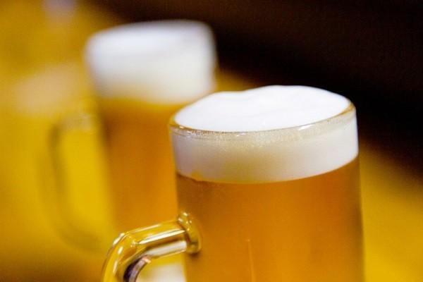 パパも大喜び!?Twitterで天才的なビールの飲み方が話題!