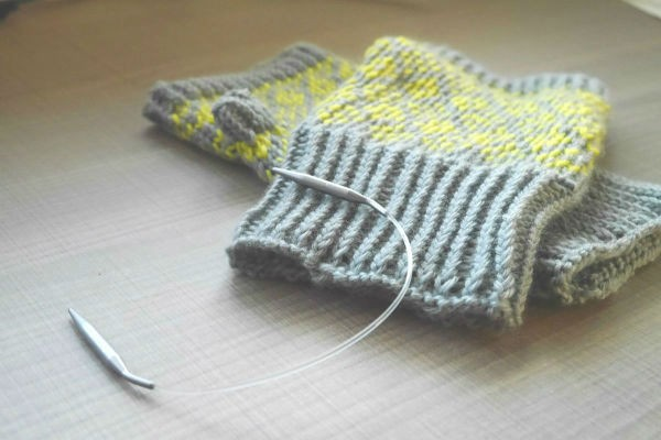 """編み物初心者でも『輪針』を使えば簡単!""""輪針編み""""リストウォーマーの作り方"""