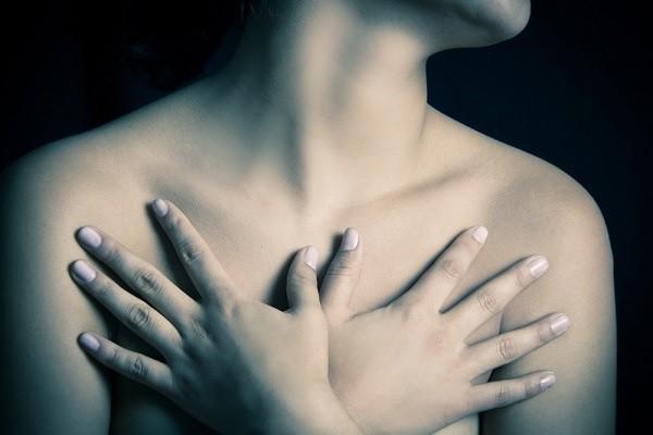 福田萌さんが告白して話題に!10人に1人が持つ『副乳』って?