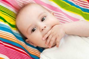 生後3か月の赤ちゃんが指しゃぶり…これって問題!?知っておきたい指しゃぶりのメカニズム
