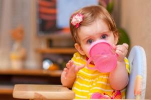 ミルクや母乳だけで十分?6ヶ月の赤ちゃんの正しい水分補給方法