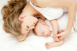 赤ちゃんと添い寝をするときの注意点は?添い寝の便利グッズを活用しよう