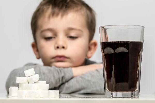 子どものジュースや炭酸飲料、緑茶…何をいつから、どのくらい飲ませてOK?