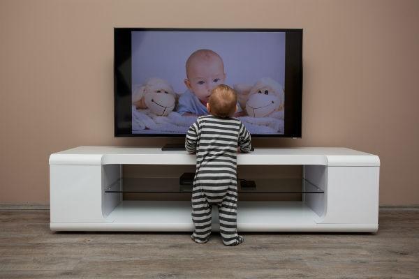 いつからOK?4ヶ月の赤ちゃんにはテレビを見せても大丈夫!?