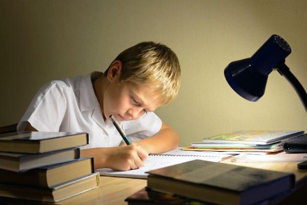 子どもが勉強するときに最適な『照明器具』とは?
