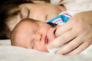 """赤ちゃんの""""浅い眠り""""は脳を発達させる大切な時間!上手にサポートするには?"""