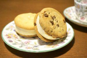 ふんわりアイスが挟まり最強に!『ステラおばさんのクッキーサンドアイス<チョコチップクッキー>』~ママのこっそり夜アイスvol.17