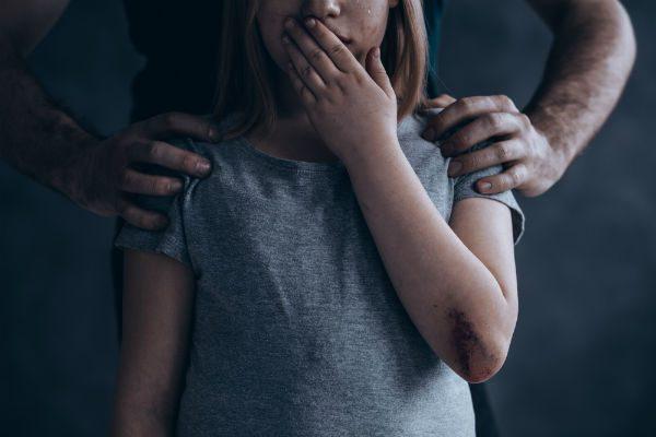近所の子が虐待されているかもしれない…周囲の大人ができることとは?