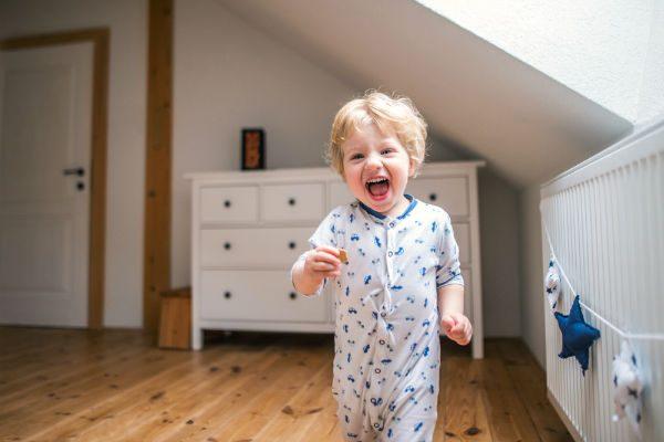 子どもの足音に苦情が…!集合住宅でママたちが気をつけたい騒音対策
