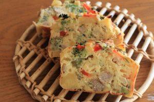 野菜たっぷり!簡単に作れる惣菜ケーキ『ケーク・サレ』レシピ