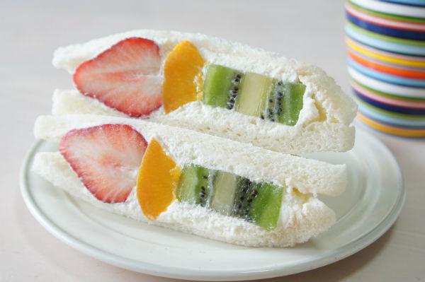 あふれる生クリームに肉厚フルーツがゴロリ!メルヘン『フルーツスペシャル』は手作り・できたての絶品フルーツサンド
