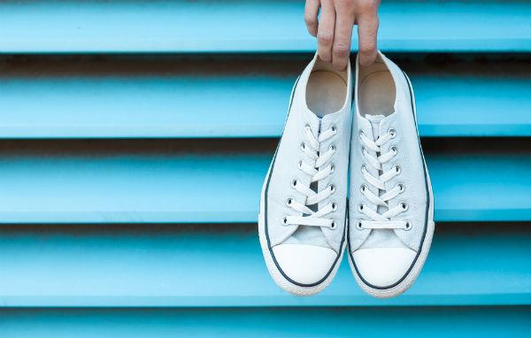 微妙色が可愛い♪流行中の『脱色スニーカー』に挑戦してみよう!