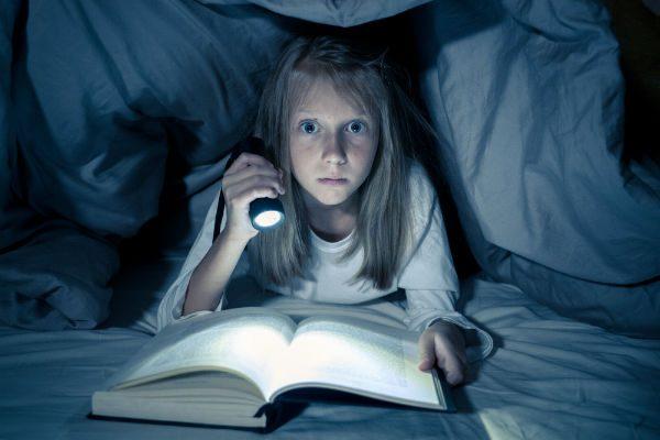 """""""暗い部屋で読書をすると目が悪くなる""""はウソだった!?健康にまつわる迷信5つ"""