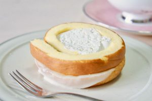 ドーナツとロールケーキが合体!ミスド×堂島ロール『堂島ローナツ』は、特性ミルククリームが絶品!
